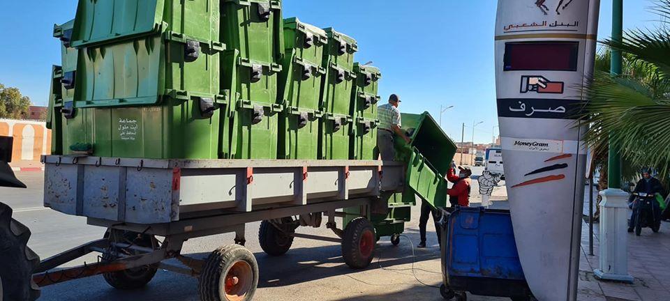 الجماعة تشرع في إستبدال مختلف حاويات النفايات المتهالكة بالجديدة