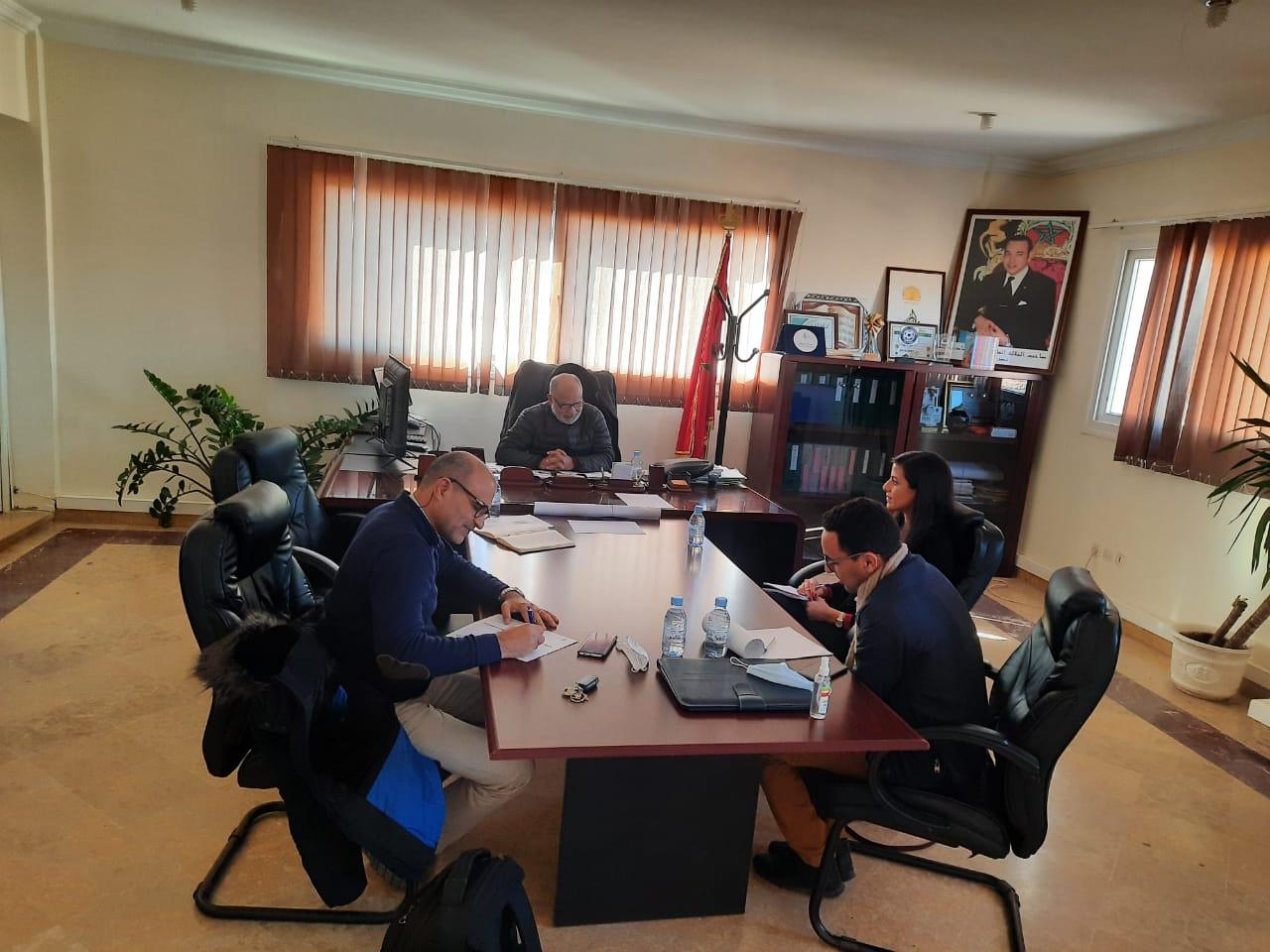 رئيس الجماعة يعقد إجتماعا مع مدير منظمة الهجرة والتنمية لبحث سبل التعاون والشراكة